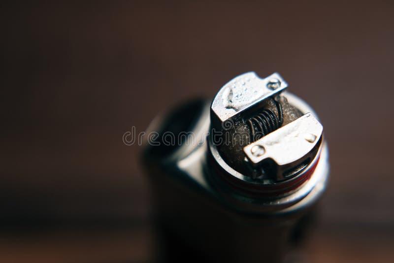 Fine su di un vape elettronico della sigaretta con la bobina d'acciaio calda e del vapore visibile immagine stock libera da diritti
