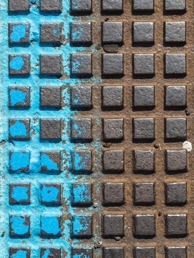 Fine - su di una copertura di botola marrone e blu immagine stock
