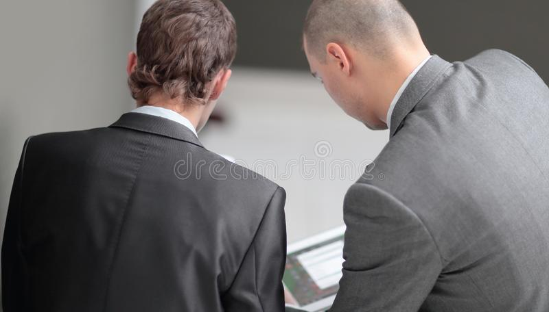 Fine in su due uomini d'affari che discutono lavorando le edizioni Isolato su bianco immagine stock