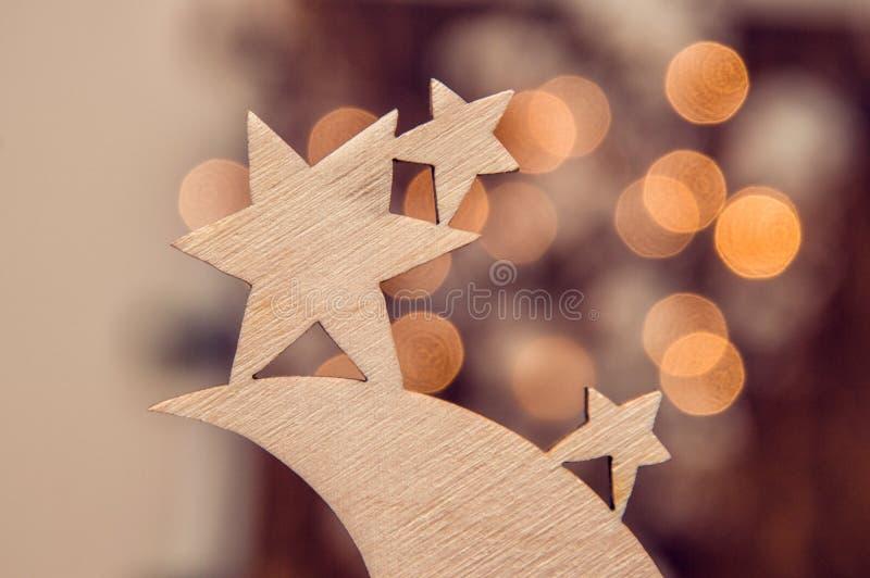 Fine in su Giocattolo di legno di Natale sotto forma di stelle e di luna fotografia stock libera da diritti