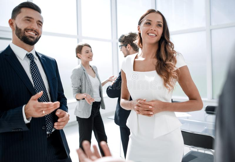 Fine in su gli impiegati della società parlano con cliente immagini stock