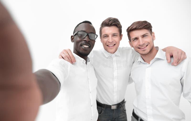 Fine in su gruppo internazionale di affari che prende i selfies immagine stock