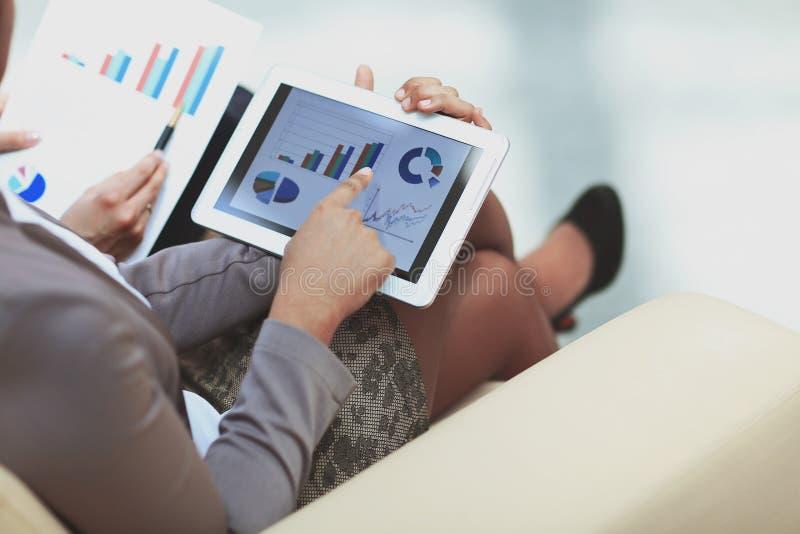 Fine in su i soci commerciali confrontano i dati finanziari immagine stock