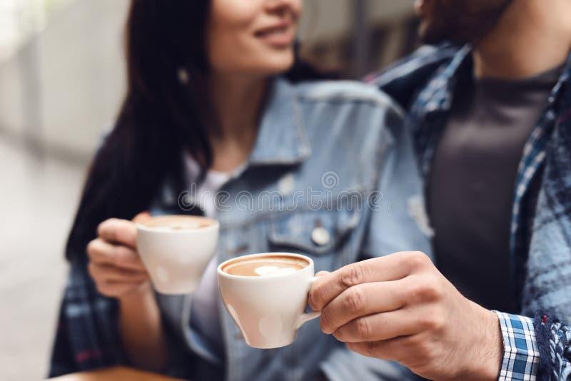 Fine in su Il tipo con una ragazza sta bevendo il caffè fotografie stock libere da diritti