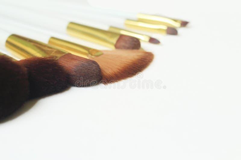 Fine in su immagine di sfondo di un insieme del set di pennelli di trucco su fondo bianco immagine stock