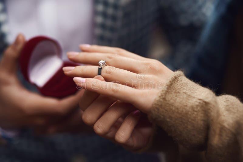 Fine in su L'uomo presenta la proposta del matrimonio alla ragazza fotografia stock