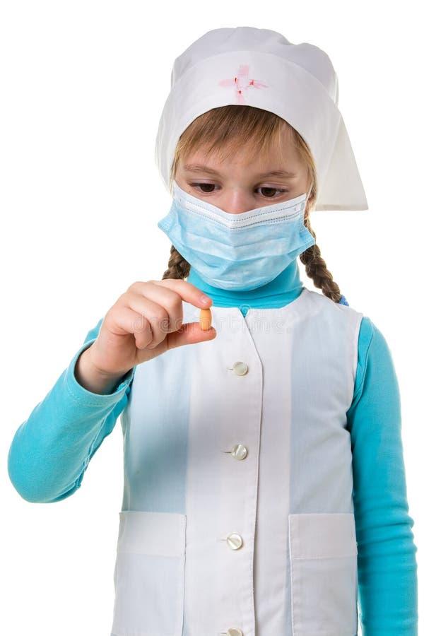 Fine su medico bianco dell'abito con una pillola nelle dita Vista frontale, orientamento del ritratto immagini stock