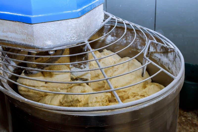 fine su pasta in macchina impastatrice del miscelatore elettrico che funziona la pasta fotografia stock libera da diritti