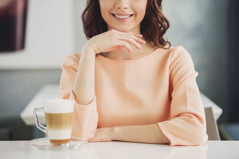 Fine in su Ragazza che si siede in caffè con Coffe fotografia stock libera da diritti
