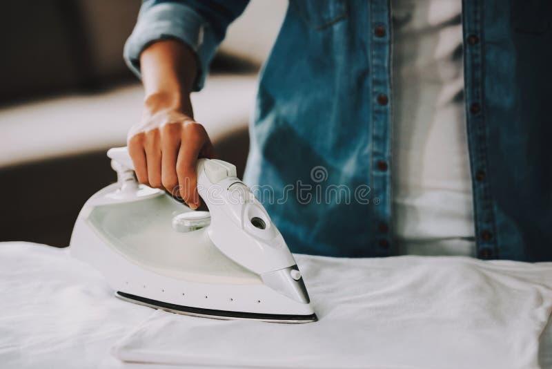 Fine in su Ragazza in Jean Shirt Ironing Cloth immagini stock libere da diritti
