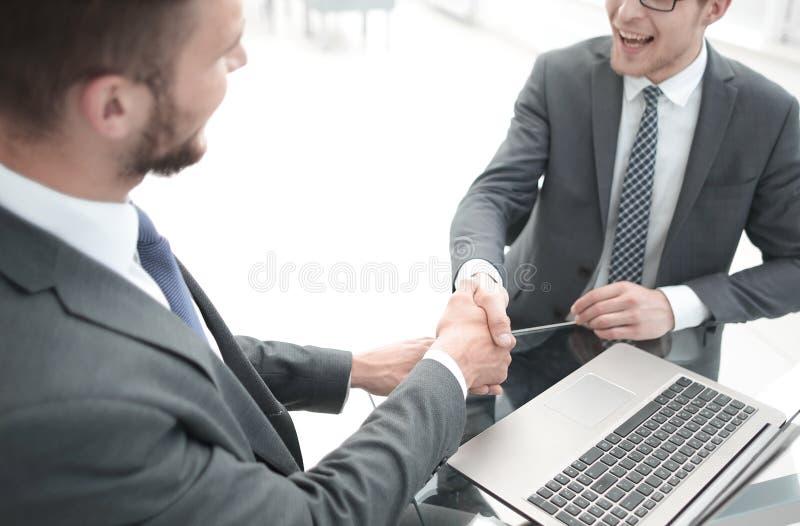 Fine in su responsabile e cliente della stretta di mano nell'ufficio della Banca immagini stock libere da diritti
