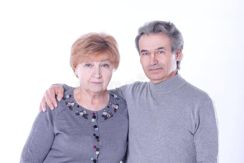 Fine in su Ritratto di una coppia anziana amorosa Isolato su priorit? bassa bianca fotografie stock libere da diritti