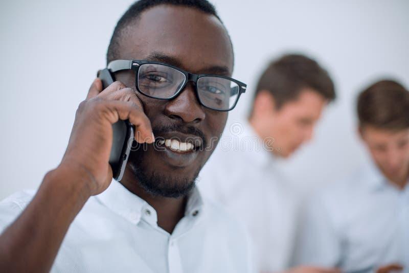 Fine in su Riuscito uomo d'affari che comunica sul telefono mobile fotografia stock