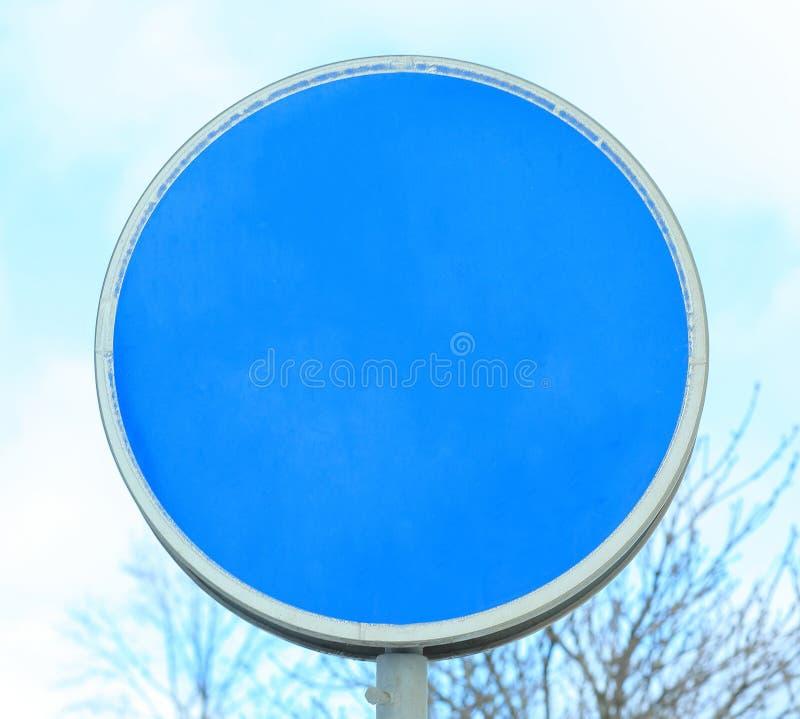 Fine in su segnale stradale blu in bianco con il posto per testo fotografia stock