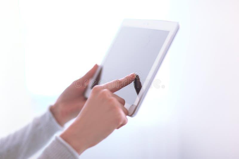 Fine in su stampaggio a mano del ` s della donna sulla compressa digitale dello schermo foto w immagine stock