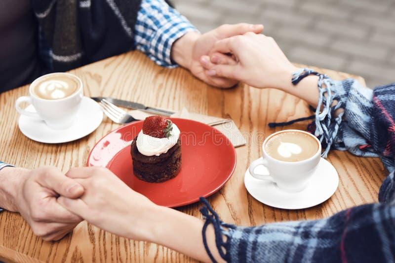 Fine in su Torta di formaggio sulla tavola in caffè fotografia stock