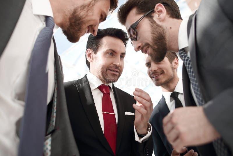 Fine in su un gruppo amichevole di affari discute le notizie immagine stock libera da diritti
