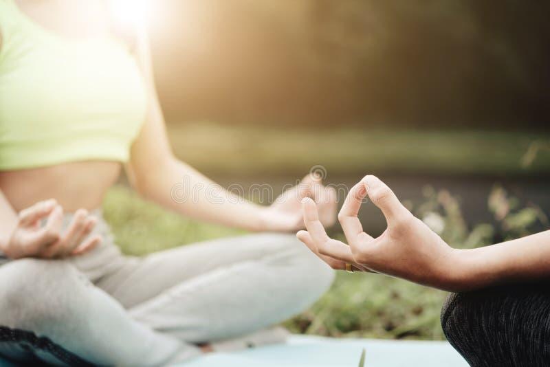 Fine su yoga delle donne - rilassi in natura immagine stock libera da diritti