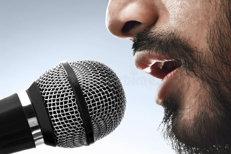 Fine sul cantante che canta con il microfono fotografie stock