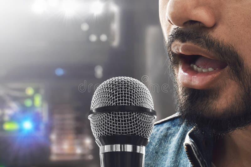 Fine sul cantante che canta con il microfono immagine stock libera da diritti