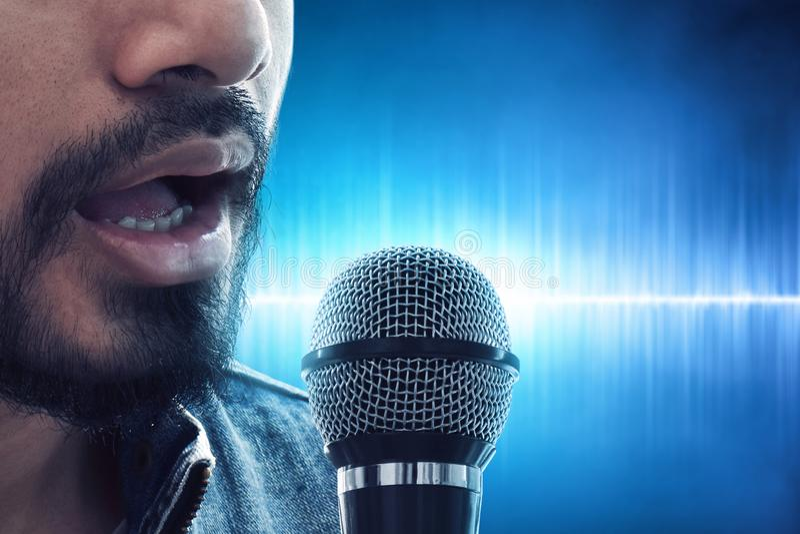 Fine sul cantante che canta con il microfono immagini stock