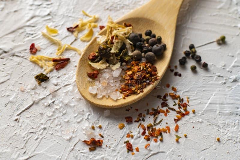 fine sul grande cucchiaio di legno con la miscela aromatica delle erbe dei peperoni e delle spezie, culinarys indiani fotografie stock libere da diritti