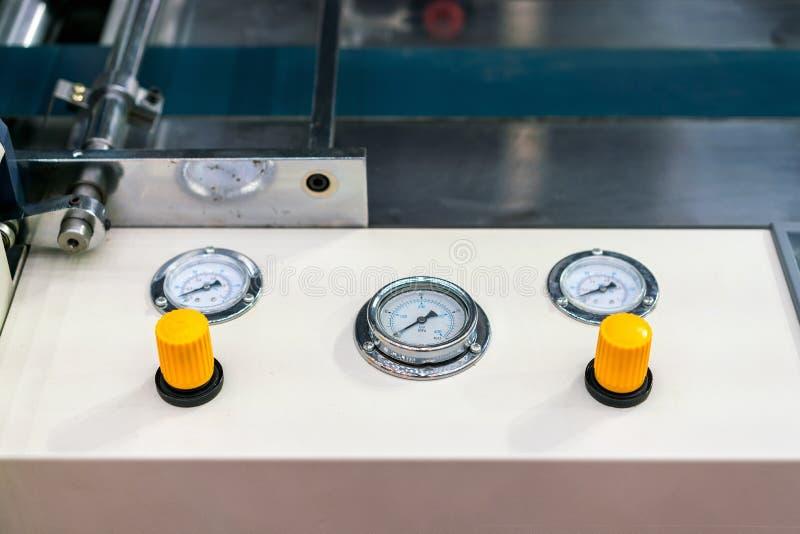 Fine sul manometro e controllo della valvola di aspirazione di adeguamento al pannello di controllo per moderno e tecnologia avan fotografie stock libere da diritti