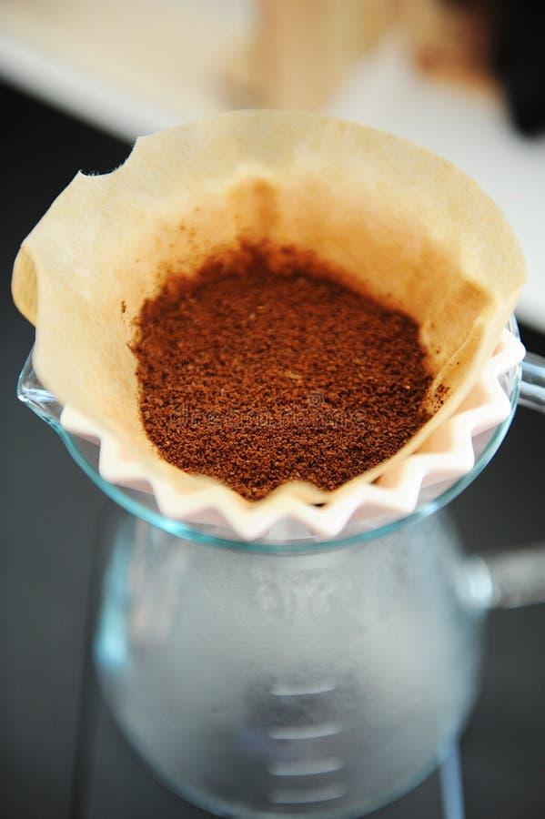 Fine sul mazzo del caff? del filtrante che fa il dispositivo di gocciolamento di origami Caff? di recente macinato Concetto di sp fotografia stock