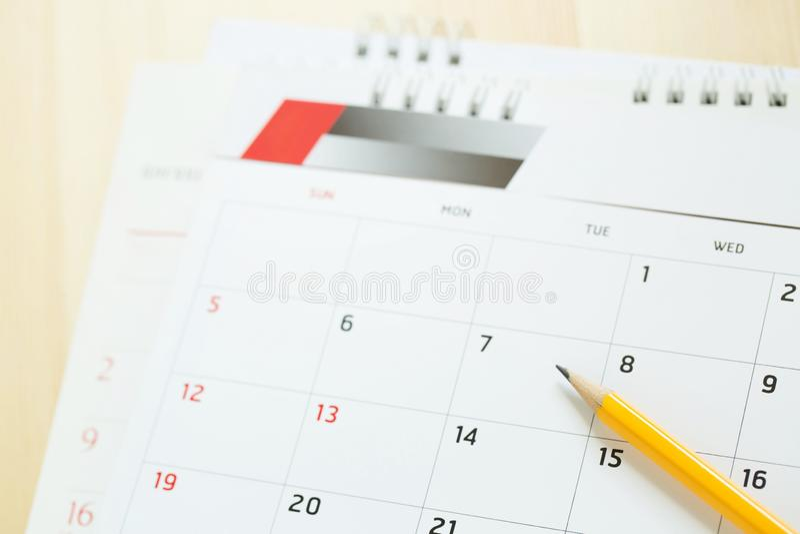 Fine sul numero di pagina del calendario matita gialla segnare la data desiderata per ricordare alla memoria sulla tavola fotografia stock libera da diritti