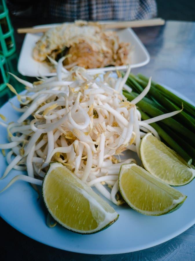 Fine sul piatto laterale e sul piatto Cuscinetto-tailandese immagine stock