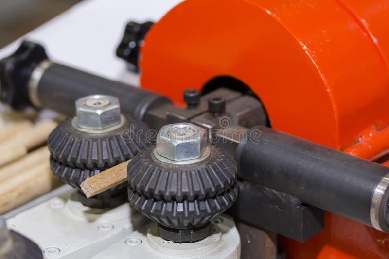 Fine sul sistema dell'alimentatore del rullo della macchina per la lavorazione del legno automatica per l'industriale alla fabbri fotografia stock