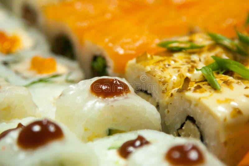fine sull'insieme delizioso succoso fresco dei sushi Vista dall'esterno per progettazione e la decorazione immagini stock libere da diritti