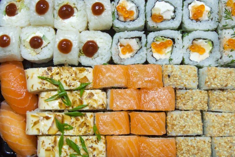 fine sull'insieme delizioso succoso fresco dei sushi Vista superiore per progettazione e la decorazione fotografie stock libere da diritti