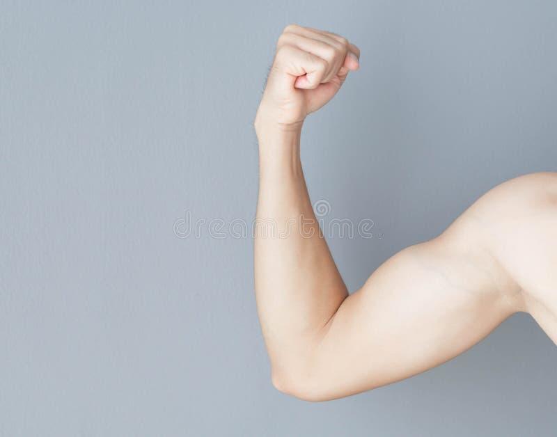 Fine sull'uomo del muscolo del braccio con fondo grigio, la sanità ed il concetto medico fotografia stock libera da diritti
