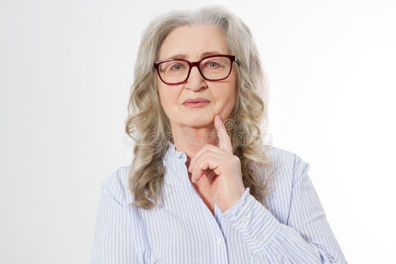 Fine sulla donna senior di affari con i vetri alla moda ed il fronte della grinza isolato su fondo bianco Signora in buona salute immagini stock