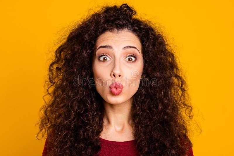 Fine sulla foto che stupisce il bello suo attraente signora abbastanza è aumentato fronte ducky rosa del rossetto inviare baciare fotografie stock