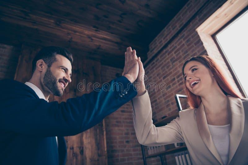 Fine sulla foto di vista di angolo basso la sua signora di affari lui lui i suoi guadagni felici di reddito di risultato del tipo fotografia stock libera da diritti