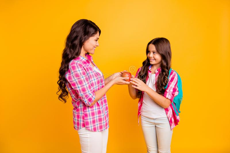 Fine sulla foto laterale belle due persone di profilo lei sua figlia della mamma delle signore dei modelli piccola che dà tempo r immagine stock