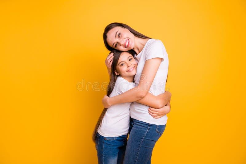 Fine sulla foto laterale di profilo bella lei l'età differente di signora di diversità si tiene per mano i braccia che ha aspetta fotografie stock