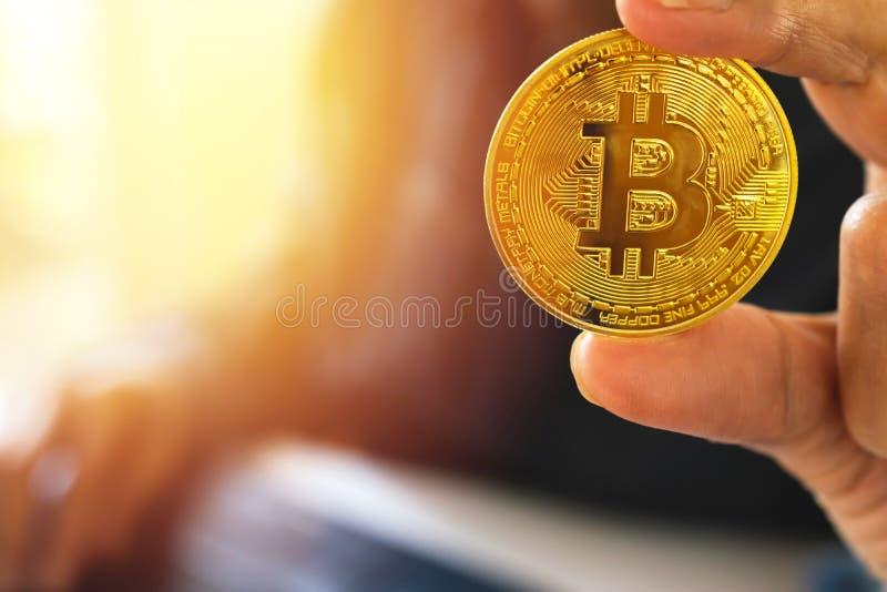 Fine sulla mano della donna di affari che tiene oro dei bitcoins per il busine immagini stock libere da diritti