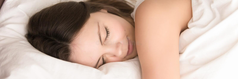 Fine sulla menzogne di sonno della donna a letto immagine panoramica fotografia stock libera da diritti