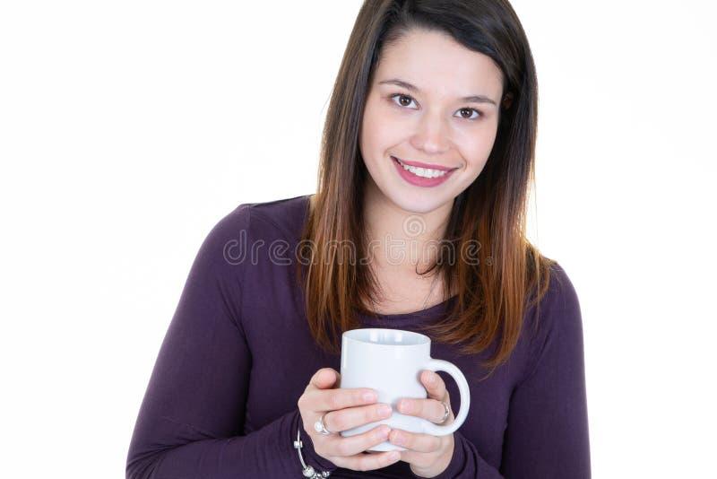 Fine sulla tazza bevente del ritratto adulto della giovane donna del caffè del tè isolata sopra fondo bianco immagini stock libere da diritti
