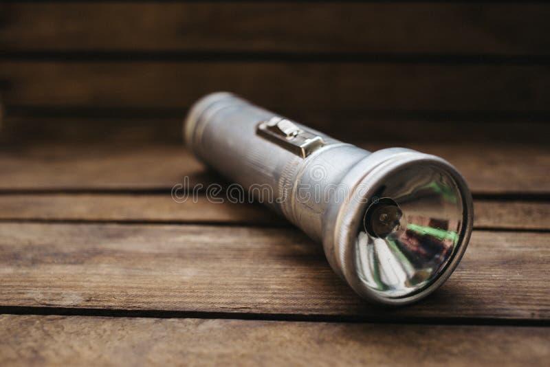 fine sulla vecchia torcia elettrica del metallo su fondo di legno fotografie stock libere da diritti