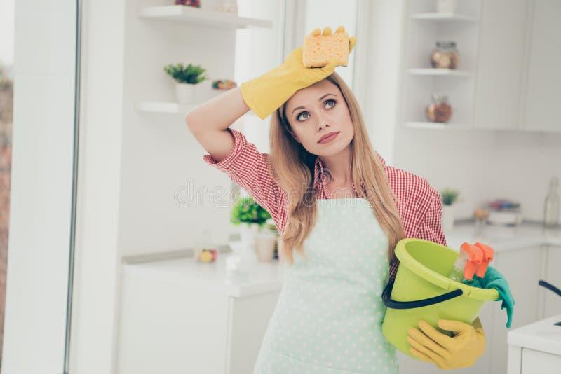 Fine sulle belle funzioni piacevoli occupate della foto che la sua signora sta la cameriera brillante della casa della cucina ha  immagine stock libera da diritti