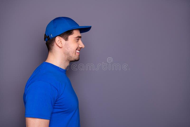 Fine sullo specialista preciso della foto laterale di profilo lui lui che il suo sorriso di orientamento del ragazzo di consegna  fotografia stock libera da diritti
