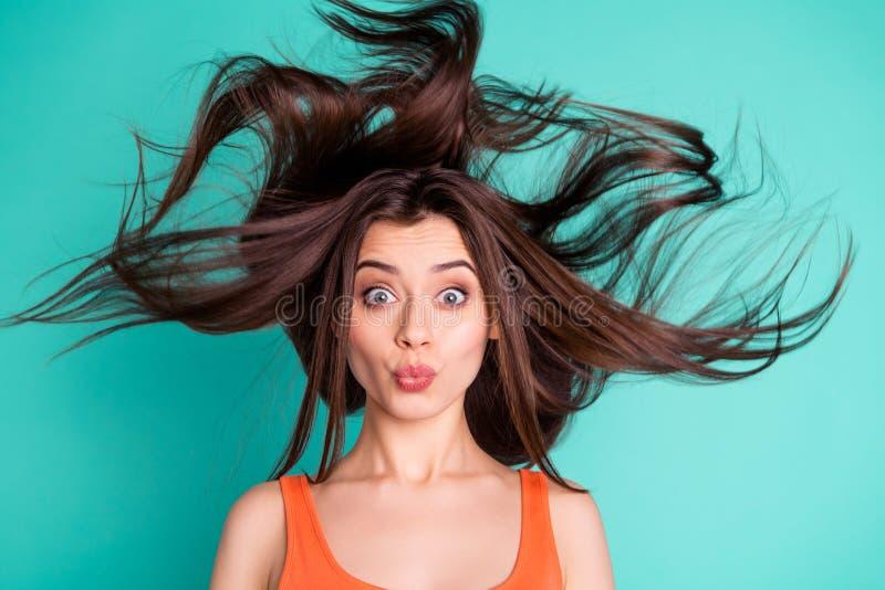 Fine suo stupefacente della foto sul bello signora invia ad amici di baci dell'aria il volo di salto dei capelli del vento di vac immagine stock libera da diritti
