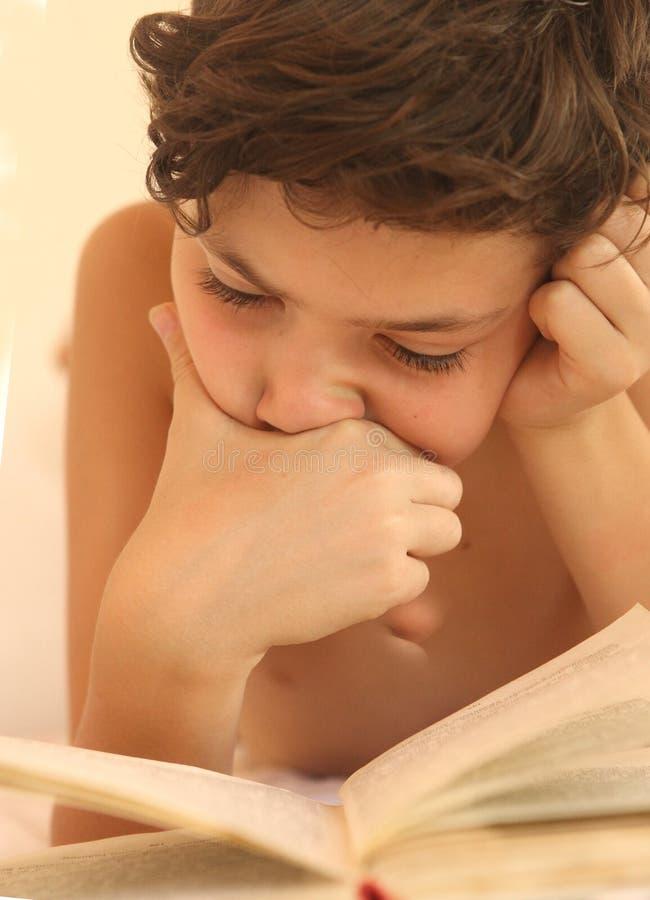 Fine teenager del libro di lettura del ragazzo sulla foto immagini stock libere da diritti
