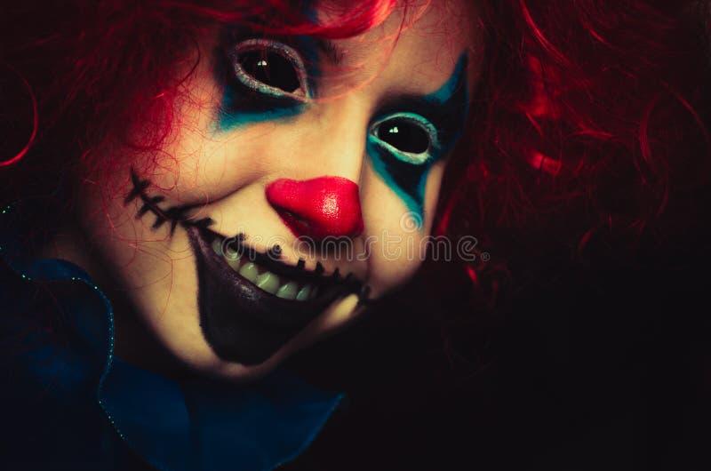 Fine terrificante del pagliaccio sul ritratto di Halloween su fondo nero immagine stock libera da diritti