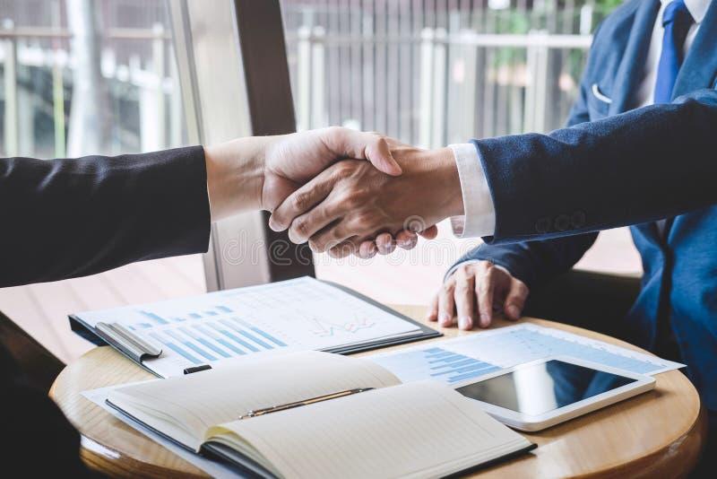 Finendo su una riunione, una stretta di mano di due genti di affari felici dopo l'accordo di contratto trasformarsi in in un part immagine stock libera da diritti