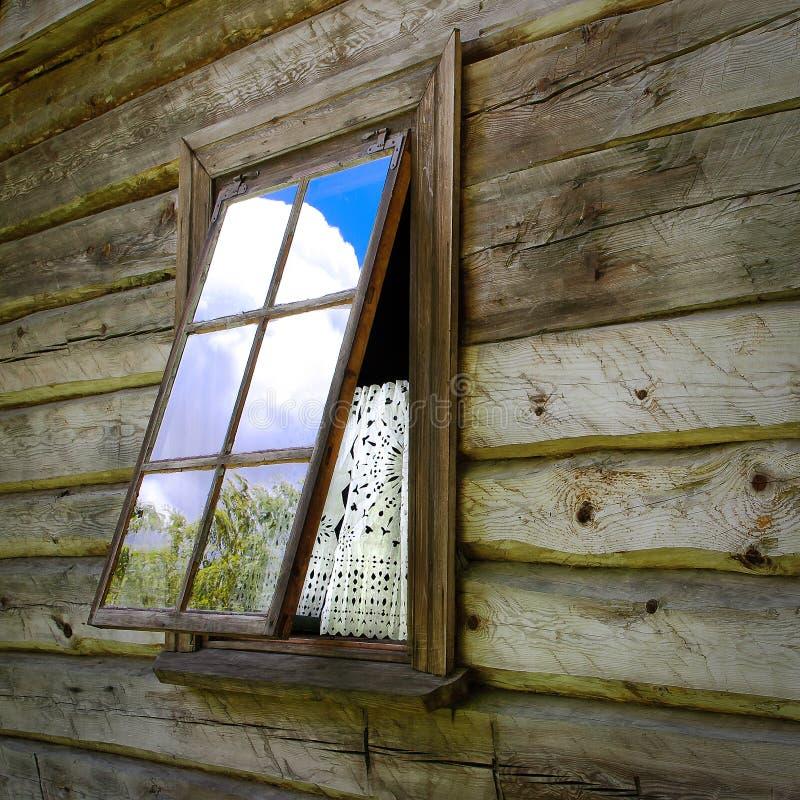 Finestra aperta nella casa fotografia stock